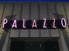 Der Neonlicht-Schriftzug über dem Eingang