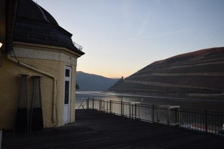 Auf der Terrasse Blick nach Richtung Burgruine Ehrenfels