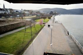 Von der Plattform aus über das ehemalige Hafengebiet zum Zollamt blickend